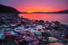 Sonnenuntergang auf der Steinküste lizenzfreie stockbilder