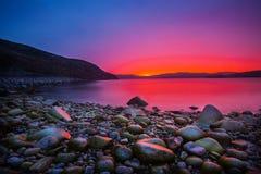 Sonnenuntergang auf der Steinküste lizenzfreie stockfotografie