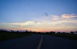 Sonnenuntergang auf der Straße in der Landschaft von Thailand Stockfotografie