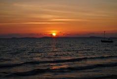 Sonnenuntergang auf der tropischen Küste Lizenzfreies Stockfoto