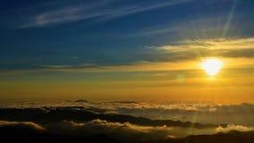 Sonnenuntergang auf einem Bergsteigen in Brasilien stockbild