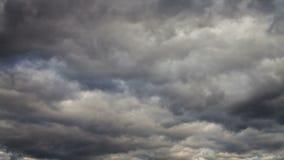 Sonnenuntergang auf einem Feld außerhalb der Stadt mit sich schnell bewegenden Wolken stock video