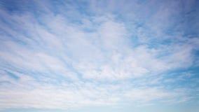 Sonnenuntergang auf einem Feld außerhalb der Stadt mit sich schnell bewegenden Wolken stock video footage