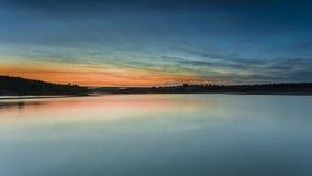 Sonnenuntergang auf einem Fluss Lizenzfreie Stockbilder