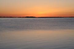 Sonnenuntergang auf einem Fluss lizenzfreie stockfotos