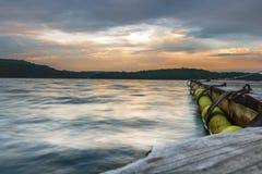 Sonnenuntergang auf einem Gleichen durch den See lizenzfreies stockbild
