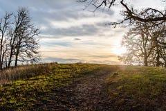 Sonnenuntergang auf einem Hügel-Weg stockfotos