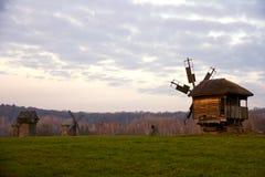 Sonnenuntergang auf einem Hintergrund der authentischen Windmühlen, Pyrohiv, Ukraine Lizenzfreies Stockfoto