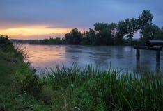 Sonnenuntergang auf einem Kanal Lizenzfreie Stockfotos