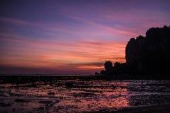 Sonnenuntergang auf einem Krabi-Strand während des Ausflusses thailand Stockbild