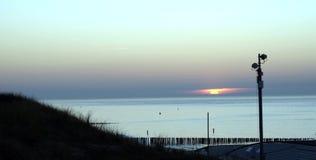 Sonnenuntergang auf einem ruhigen Meer lizenzfreie stockfotografie