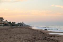 Sonnenuntergang auf einem sandigen Strand nach Sommer stockfotografie