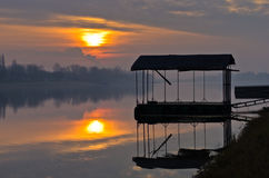 Sonnenuntergang auf einem See in Ada-Binneninsel in Belgrad Stockbild