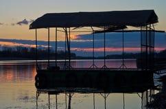 Sonnenuntergang auf einem See in Ada-Binneninsel in Belgrad Stockfotos