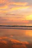 Sonnenuntergang auf einem tropischen Strand Stockfotografie