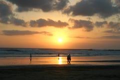 Sonnenuntergang auf einem vollkommenen sandigen Strand Stockfoto