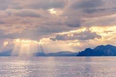 Sonnenuntergang auf einer felsigen Küste Lizenzfreies Stockfoto