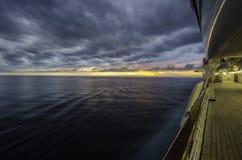 Sonnenuntergang auf einer Kreuzfahrt Lizenzfreies Stockfoto