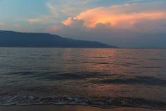 Sonnenuntergang auf einer tropischen Insel Lizenzfreie Stockfotos