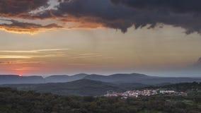 Sonnenuntergang auf einer Wiese Lizenzfreie Stockbilder