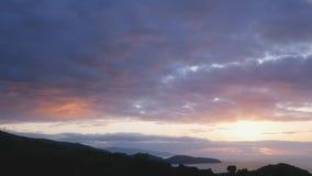 Sonnenuntergang auf einer wilden Insel mit szenischen Feldern, Azoren, Portugal stock video