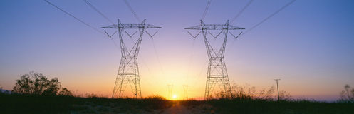 Sonnenuntergang auf elektrischen Übertragungskontrolltürmen Lizenzfreie Stockfotos