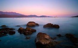 Sonnenuntergang auf felsigem adriatischem Strand in Montenegro Lizenzfreie Stockfotografie