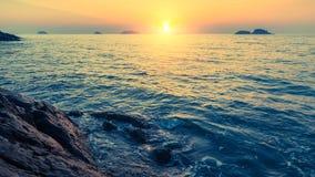 Sonnenuntergang auf felsigen Seeufern in Inseln nave Stockbilder