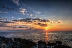 Sonnenuntergang auf felsiger Küstenlinie stockbilder