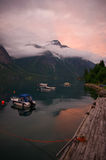 Sonnenuntergang auf Fjord in Eikesdal Lizenzfreie Stockfotos