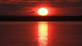 Sonnenuntergang auf Fluss stock video