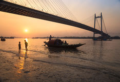 Sonnenuntergang auf Fluss Hooghly mit Vidyasagar-Brücke setu am Hintergrund Stockbild