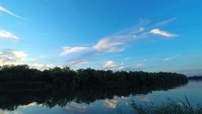 Sonnenuntergang auf Flusswasser stock video footage