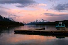 Sonnenuntergang auf Gebirgssee Stockbild