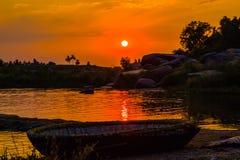 Sonnenuntergang auf indischem Fluss, Hampi, Indien lizenzfreie stockfotografie