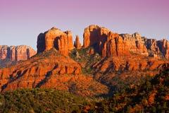 Sonnenuntergang auf Kathedrale-Felsen nahe Sedona, Arizona. Stockfoto