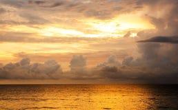 Sonnenuntergang auf Meer Lizenzfreie Stockfotos