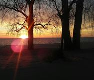 Sonnenuntergang auf Michigansee mit Sonnendurchbruch stockfoto