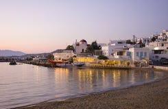 Sonnenuntergang auf Mykonos - Gaststätte nahe Meer Lizenzfreie Stockbilder