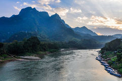 Sonnenuntergang auf Nam Ou River in Nong Khiaw, Laos Stockfotos