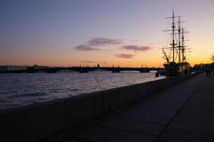 Sonnenuntergang auf Neva Fluss lizenzfreies stockbild