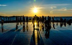 Sonnenuntergang auf reflektierendem Bürgersteig Stockfotografie