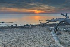 Sonnenuntergang auf sandigem Strand der Ostsee nahe Saulkrasti Lizenzfreie Stockbilder