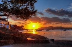 Sonnenuntergang auf Santa Ponsa-Strand playa, Mallorca, Spanien stockfotografie