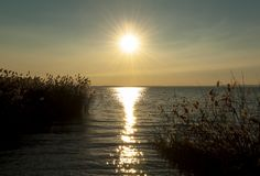 Sonnenuntergang auf See Garda, Italien stockbild