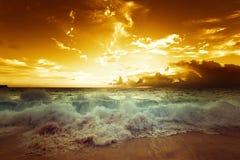 Sonnenuntergang auf Seychellen-Strand Lizenzfreie Stockfotografie