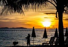 Sonnenuntergang auf Strand bei Thailand Stockfotos