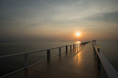 Sonnenuntergang auf Strand und Brücke lizenzfreie stockfotos
