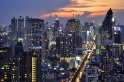 Sonnenuntergang auf Sukhumvit-Gebäuden in Bangkok stockfotografie