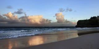 Sonnenuntergang auf szenischem Strand Stockbild